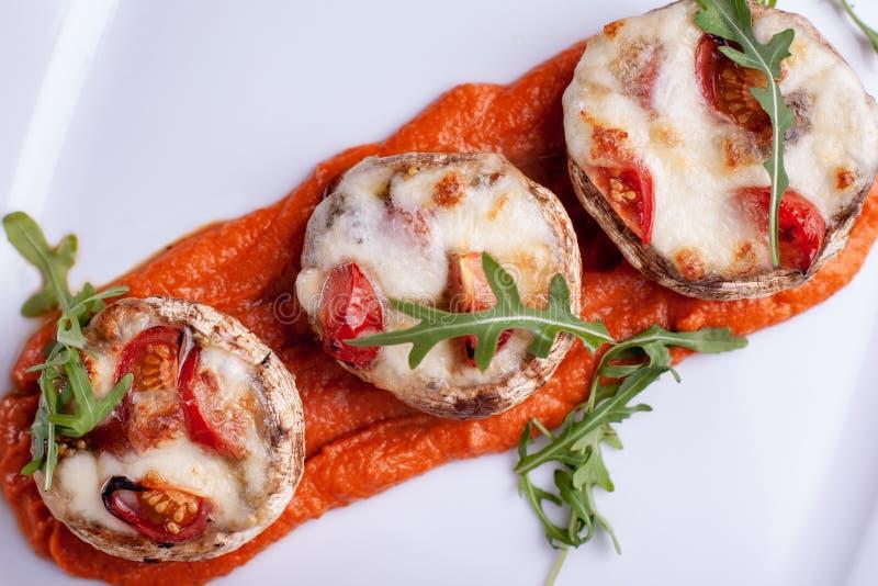 Angef?llte Pilze mit Parmesank?sekruste und frischen Kr?utern lizenzfreies stockbild