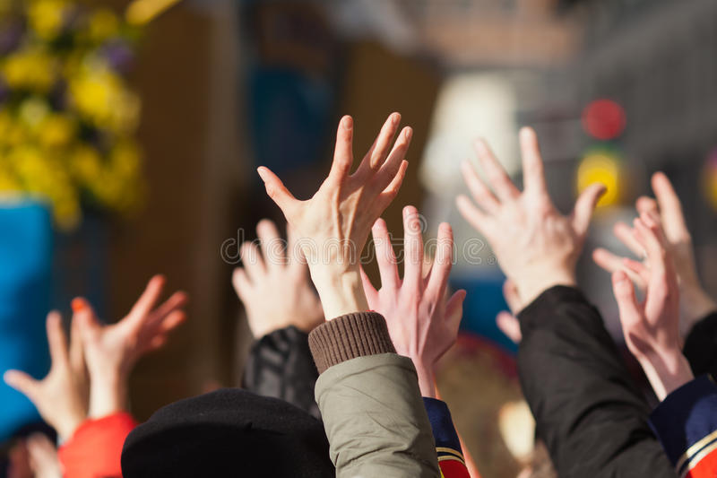 Angehobene Hände in einer Masse der Leute stockfotografie