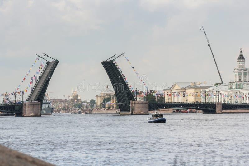 Angehobene Spannen der Palast-Brücke stockbild