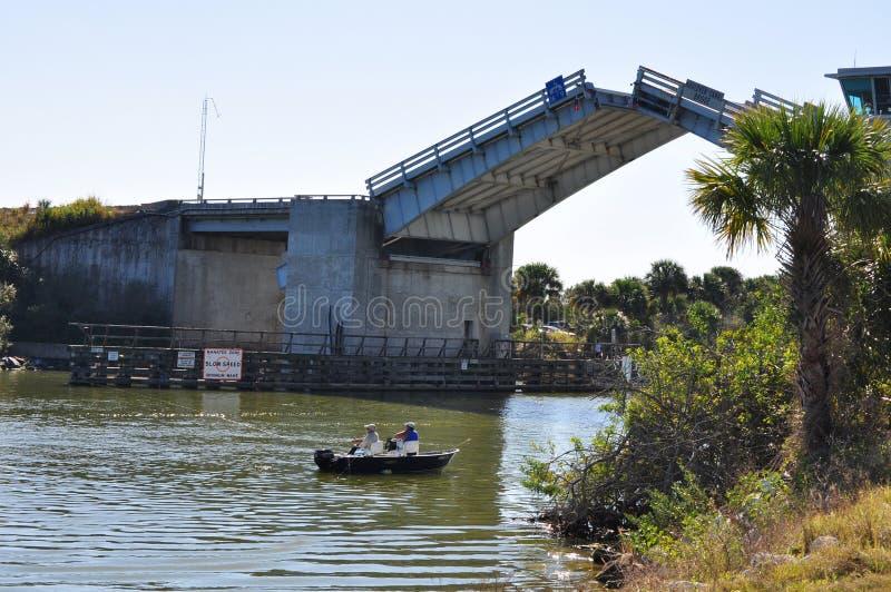 Angehobene Zugbrücke und Fischer stockbilder