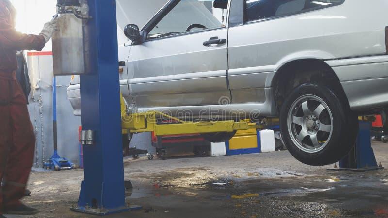 Angehobenes Auto in der freiberuflichen Dienstleistung - der Einsturz der Konvergenz stockfotos