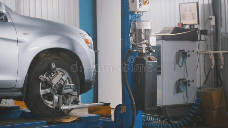 Angehobenes Auto in der freiberuflichen Dienstleistung - der Einsturz der Konvergenz - Prozeßreparatur lizenzfreie stockbilder