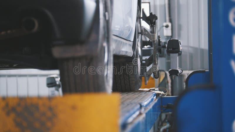 Angehobenes Auto in der freiberuflichen Dienstleistung - der Einsturz der Konvergenz - Prozeßreparatur lizenzfreies stockfoto