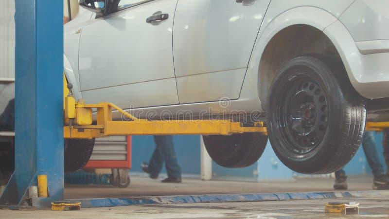 Angehobenes Auto in der freiberuflichen Dienstleistung - der Einsturz der Konvergenz - Prozeßreparatur stockfoto
