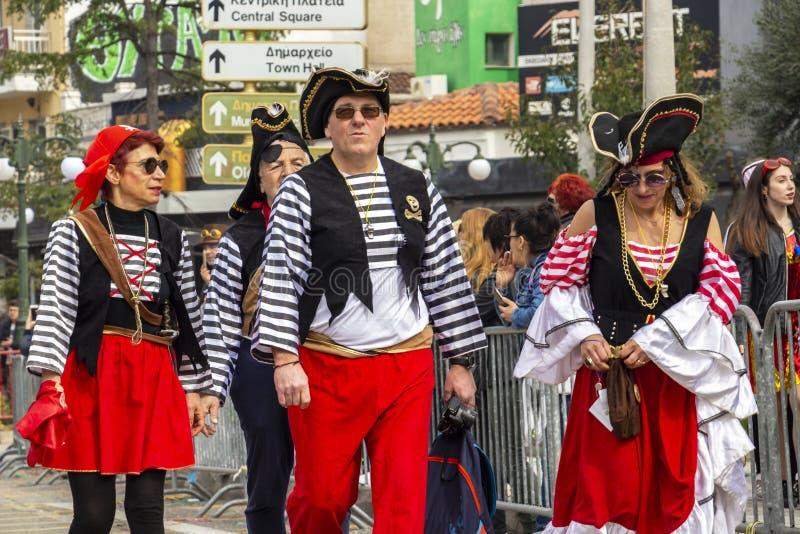 Angekleidet als Piratenkarnevalsparadeteilnehmer an Xanthi, nordöstliches Griechenland stockbilder