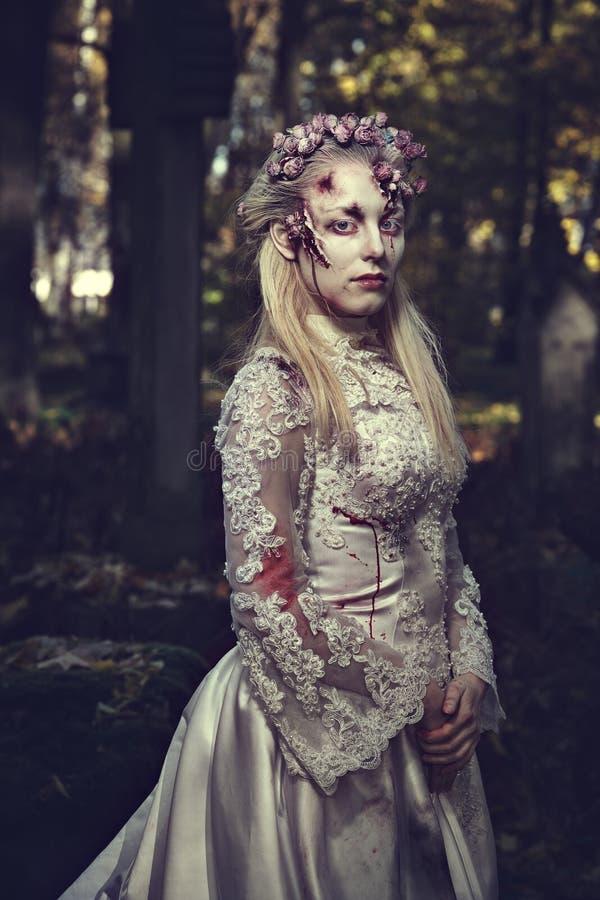 Angekleidet in der Hochzeit kleidet romantische Zombiefrau stockfotografie