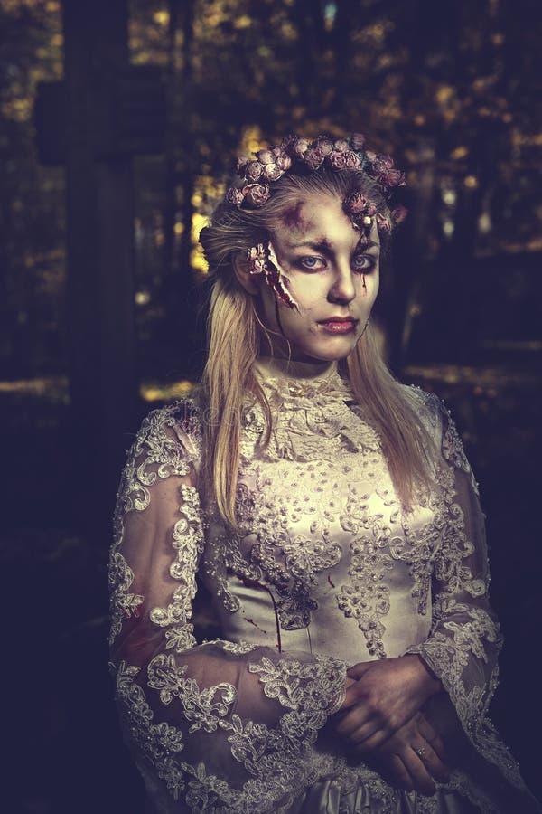 Angekleidet in der Hochzeit kleidet romantische Zombiefrau stockbild