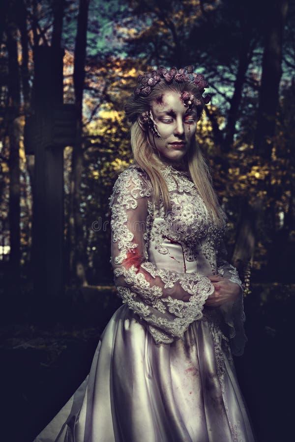 Angekleidet in der Hochzeit kleidet romantische Zombiefrau stockfotos