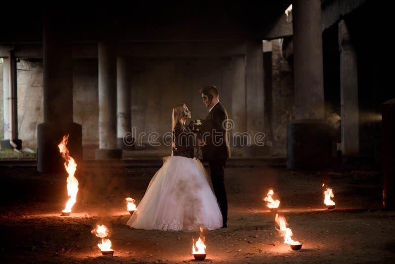 Angekleidet in der Hochzeit kleidet romantische Zombiepaare stockfotografie