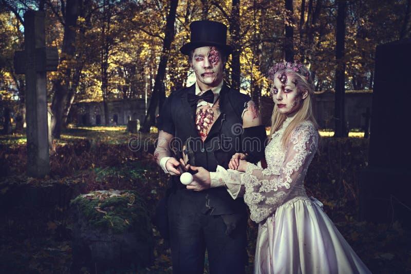 Angekleidet in der Hochzeit kleidet romantische Zombiepaare stockfoto