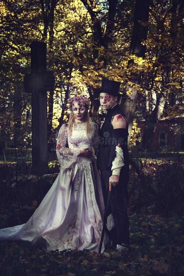 Angekleidet in der Hochzeit kleidet romantische Zombiepaare lizenzfreie stockfotografie