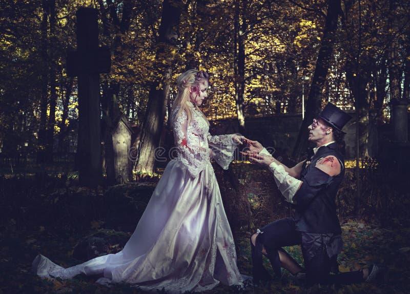 Angekleidet in der Hochzeit kleidet romantische Zombiepaare lizenzfreie stockfotos