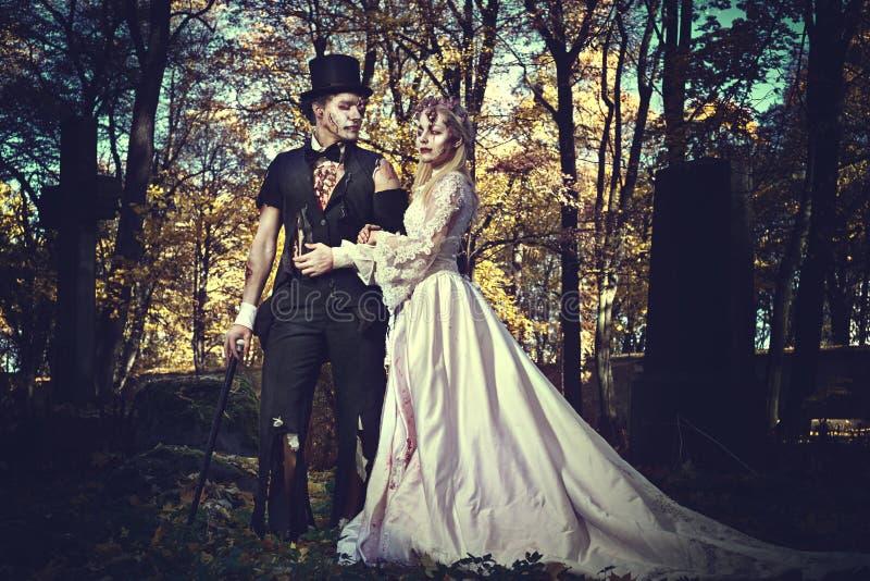 Angekleidet in der Hochzeit kleidet romantische Zombiepaare lizenzfreies stockfoto