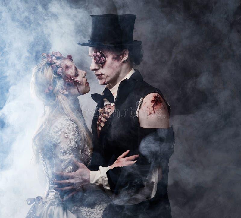Angekleidet in der Hochzeit kleidet romantische Zombiepaare lizenzfreies stockbild