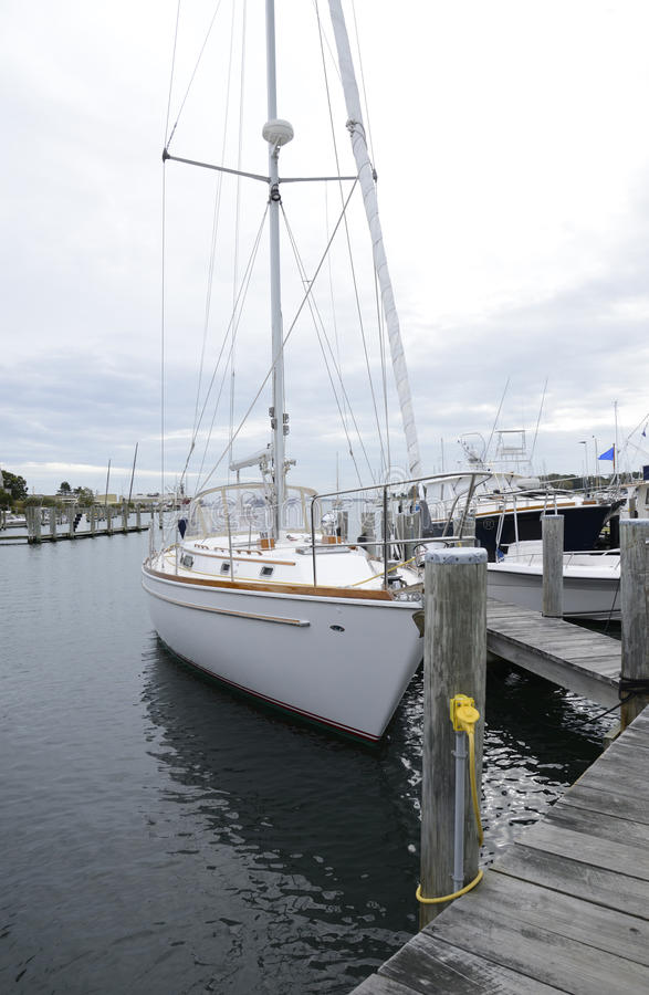Angekoppeltes Segelboot im Hafen durch Stonington Connecticut lizenzfreie stockfotos