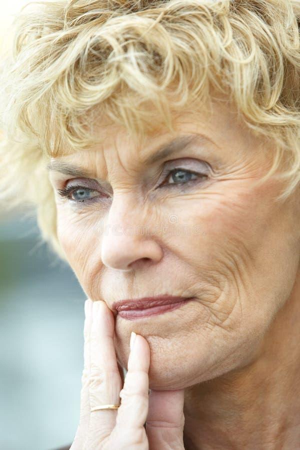 angelägen seende ståendepensionärkvinna royaltyfri fotografi