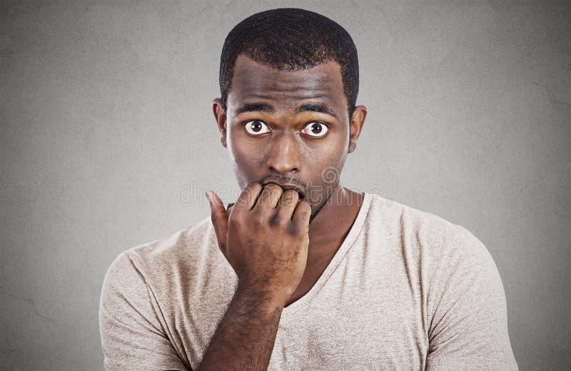 Angelägen stressad ung man som ser kameran royaltyfri bild