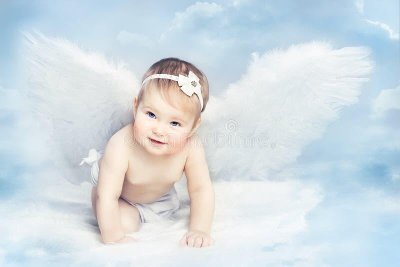 Angel Baby mit den Flügeln, die auf Himmel, Kindermädchen-Amor, neugeboren kriechen stockbilder