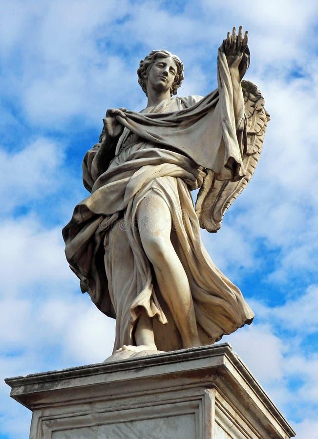 Angel di Roma - ängel med Sudariumen på Ponte Sant'Angelo fotografering för bildbyråer