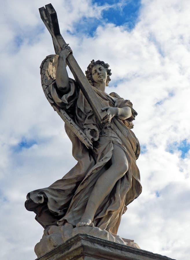 Angel di Roma - angelo con l'incrocio su Ponte Sant'Angelo immagine stock libera da diritti