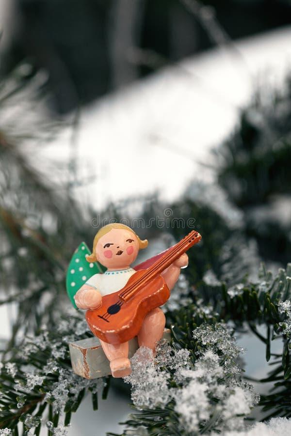 Angel With Guitar Christmas Ornament in de Sneeuw stock fotografie