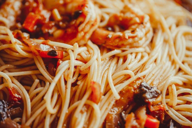 Angel Hair Pasta con salsa al pomodoro, aglio e gamberetto immagini stock libere da diritti