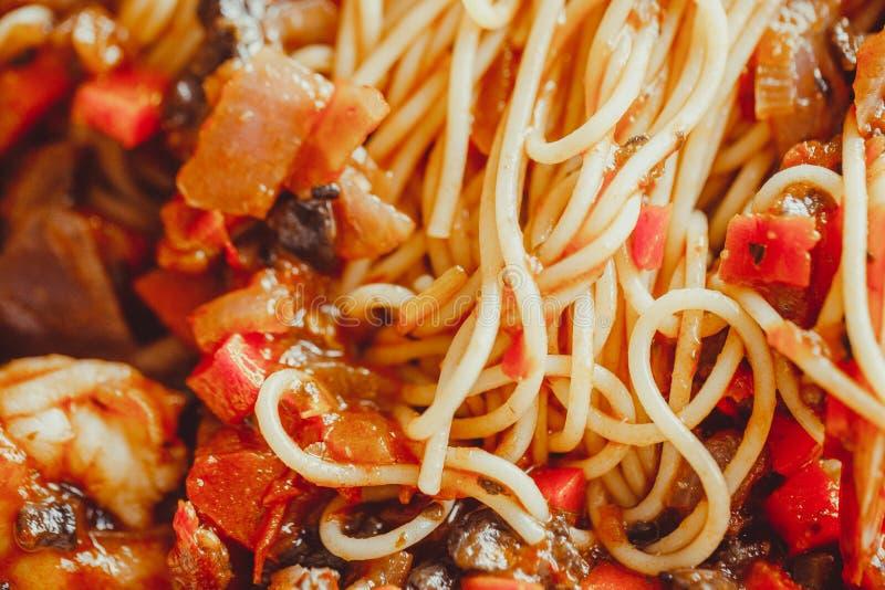 Angel Hair Pasta con salsa al pomodoro, aglio e gamberetto fotografie stock