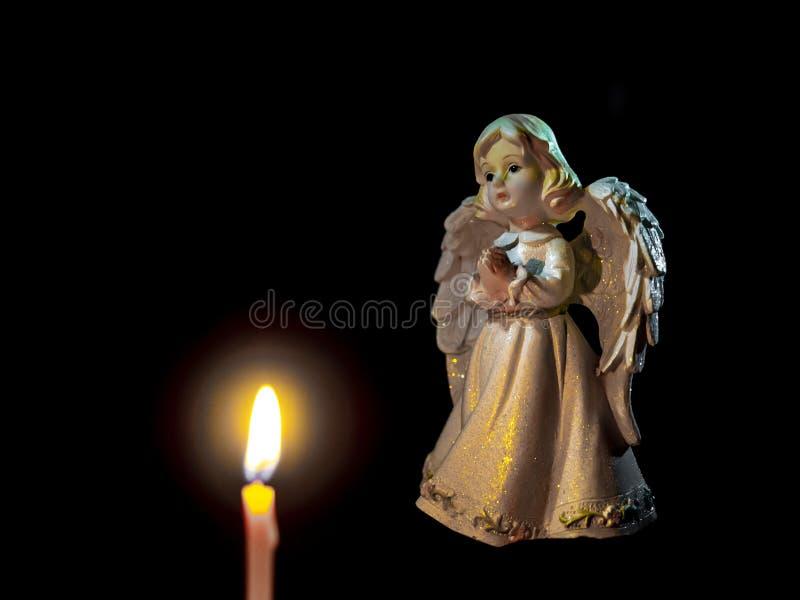Angel& x27; s gebed bij nacht door kaarslicht stock foto