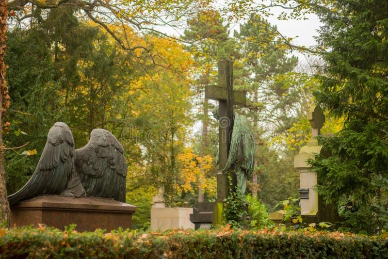 Angel Sculpture en cementerio imagenes de archivo