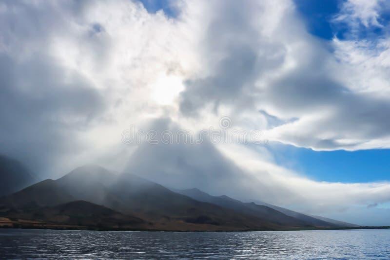 Angel Shaped Clouds sobre montanhas e ilha fotos de stock