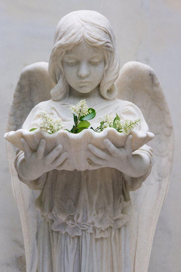 Angel Statue Holding Baptismal Font IV immagini stock libere da diritti