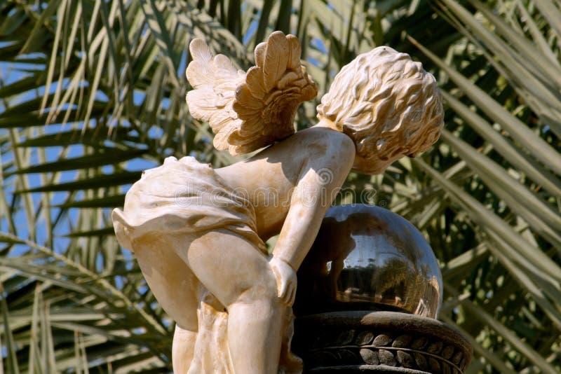 Angel Statue Peering in Bezinning stock afbeeldingen