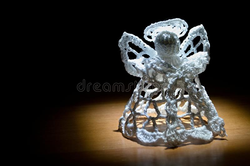 Angel Under Spotlight feito malha foto de stock royalty free
