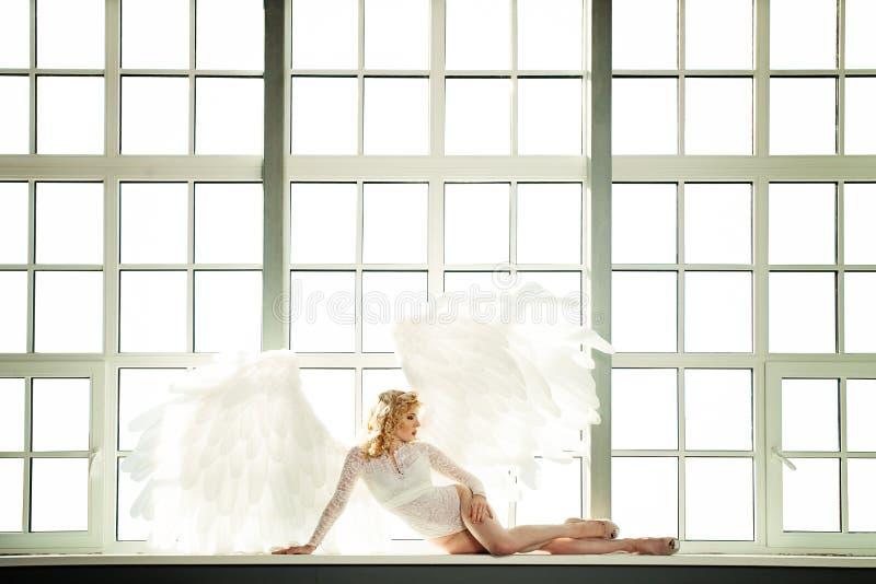 Angel Woman blanc avec des ailes de plumes photographie stock