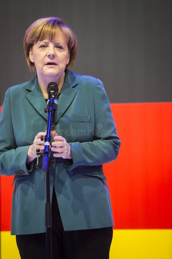 Angela Merkel, die eine Rede vor der deutschen Flagge hält lizenzfreie stockfotografie