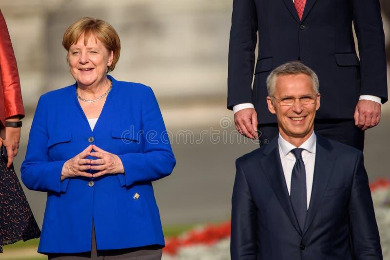 Angela Merkel kansler av Tyskland och Jens Stoltenberg, generalsekreterare av NATO royaltyfria bilder