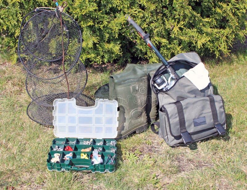 Angelausrüstung auf Gras lizenzfreie stockfotos