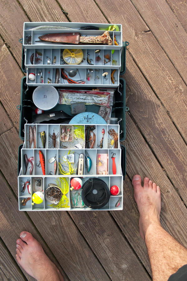 Angelausrüstungs-Kasten auf einem Dock lizenzfreie stockbilder