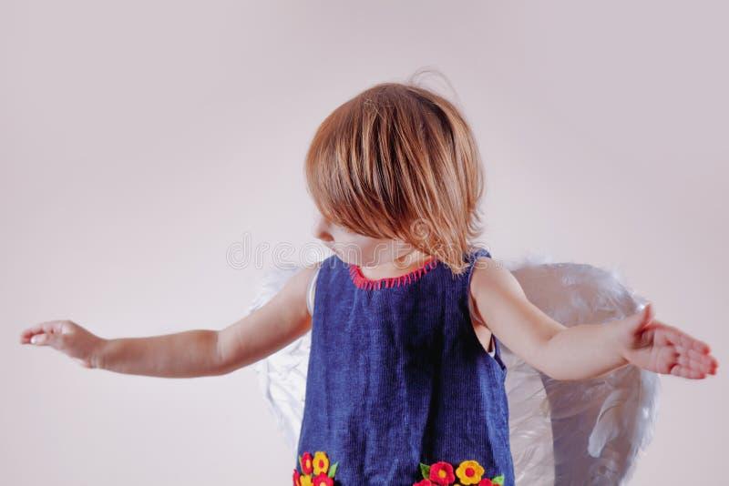 Angeli anche che ballano Ritratto di piccola ragazza sveglia del bambino con le ali di angelo immagine stock