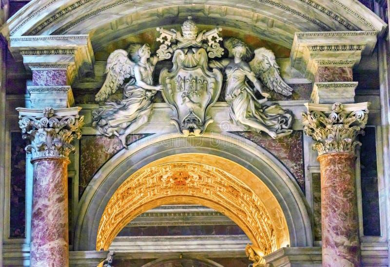 Angeli papali Vaticano Roma Italia di chiavi dell'arco della basilica del ` s di St Peter fotografie stock libere da diritti