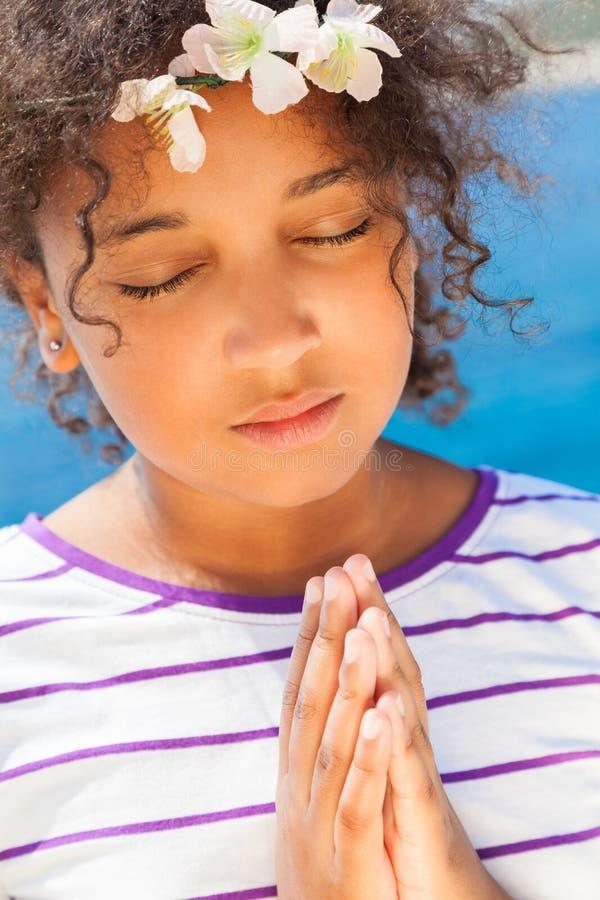 Angelic African American Female Girl-Kind het Bidden stock afbeelding