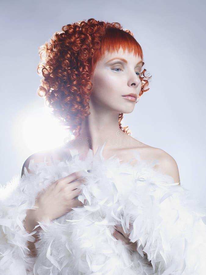 Angeliczka z czerwonymi włosami obraz royalty free