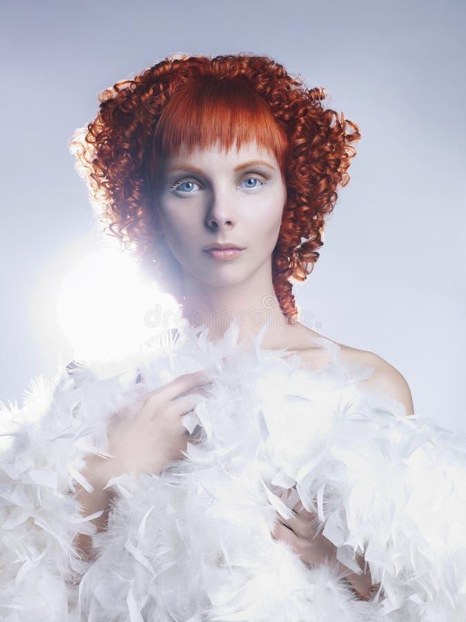 Angeliczka z czerwonymi włosami zdjęcia stock