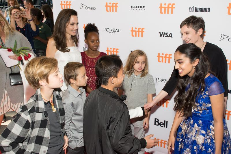 Angelina Jolie με τα παιδιά στο ` η πρεμιέρα τροφοδοτών της οικογενείας ` στο διεθνές φεστιβάλ ταινιών του Τορόντου στοκ φωτογραφίες