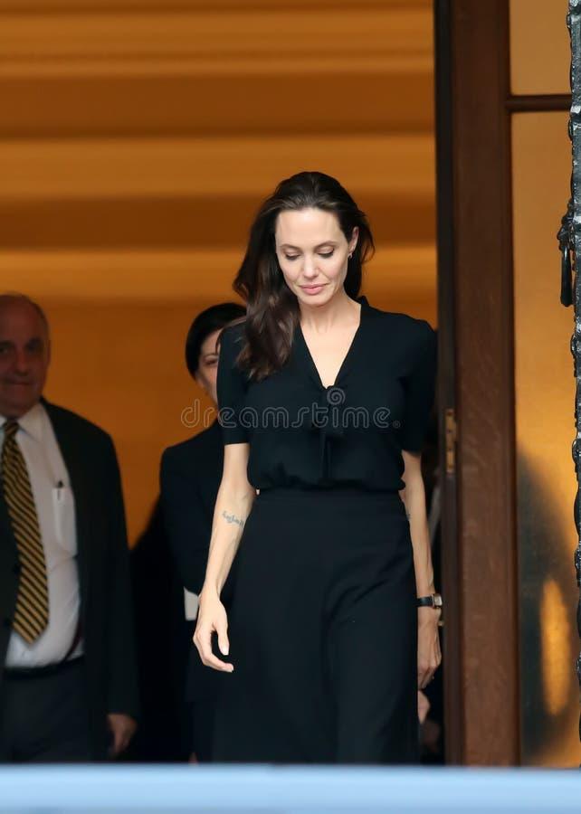 Angelina Jolie verlaat het bureau van de Griekse Eerste minister in Athen stock foto's