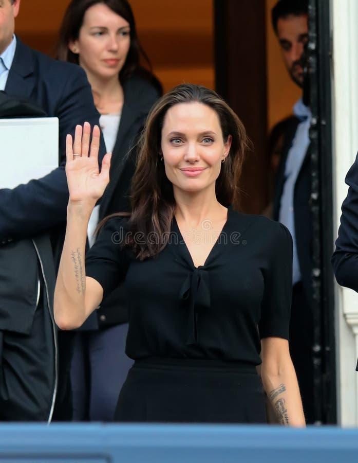 Angelina Jolie verlaat het bureau van de Griekse Eerste minister in Athen stock fotografie