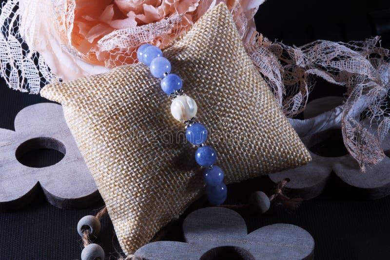Angelite y pulsera de piedra natural de la perla imágenes de archivo libres de regalías