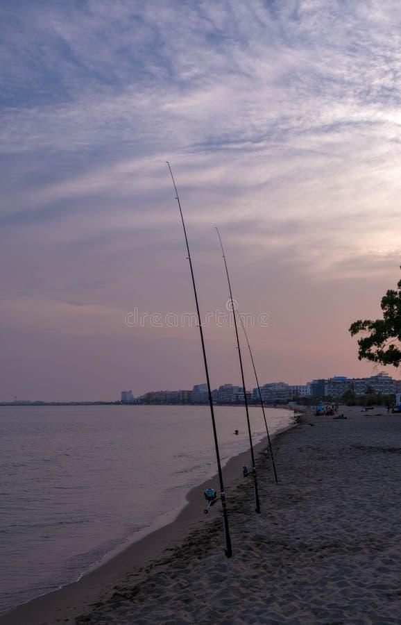 Angeln auf Sonnenuntergangstrand zur Sommerzeit lizenzfreies stockfoto