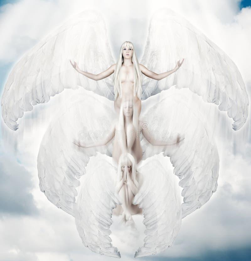 Angelo bianco volante con le grandi ali immagini stock libere da diritti