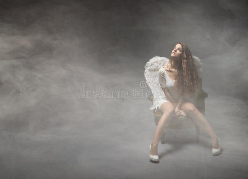 Download Angelo Che Si Siede In Un Lcoud Di Nebbia Fotografia Stock - Immagine di eden, emozioni: 56878538